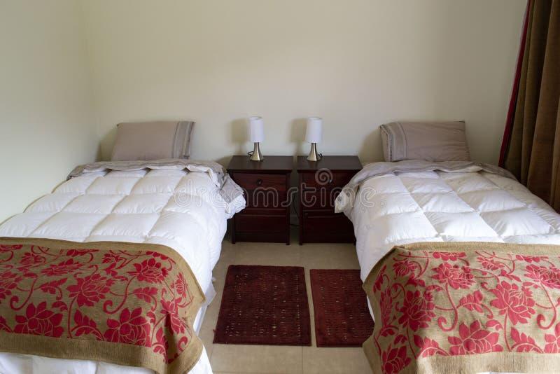 Кровати в гостиничном номере стоковое изображение rf