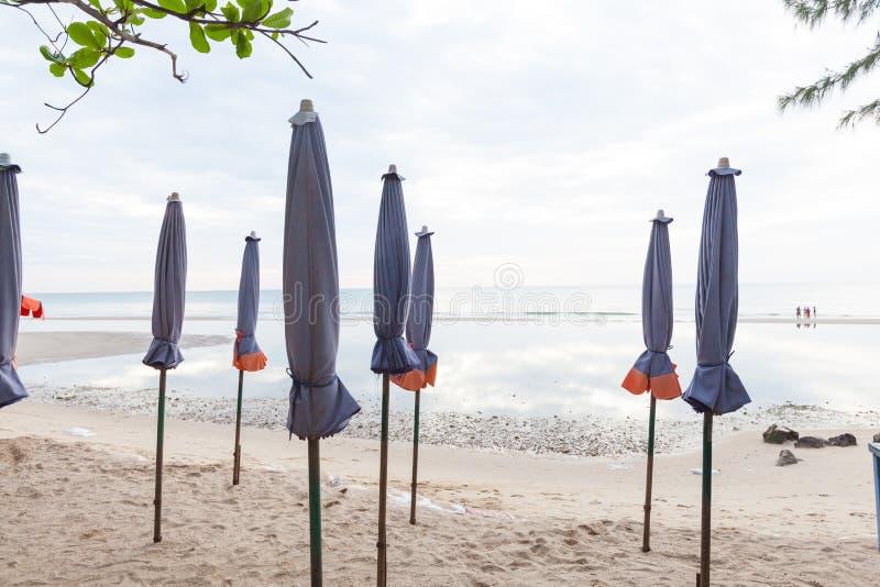 Кровати и зонтики на пляже стоковые фотографии rf