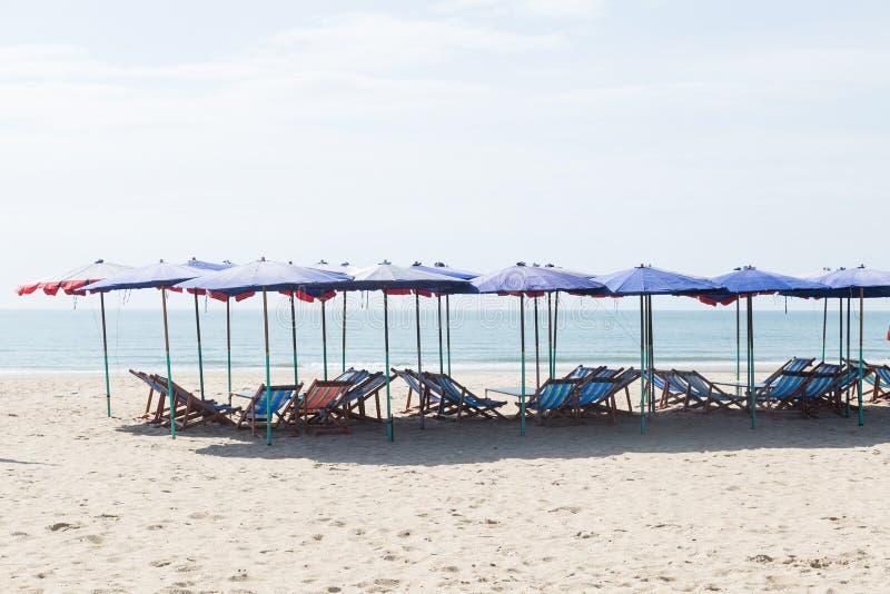 Кровати и зонтики на пляже стоковая фотография rf