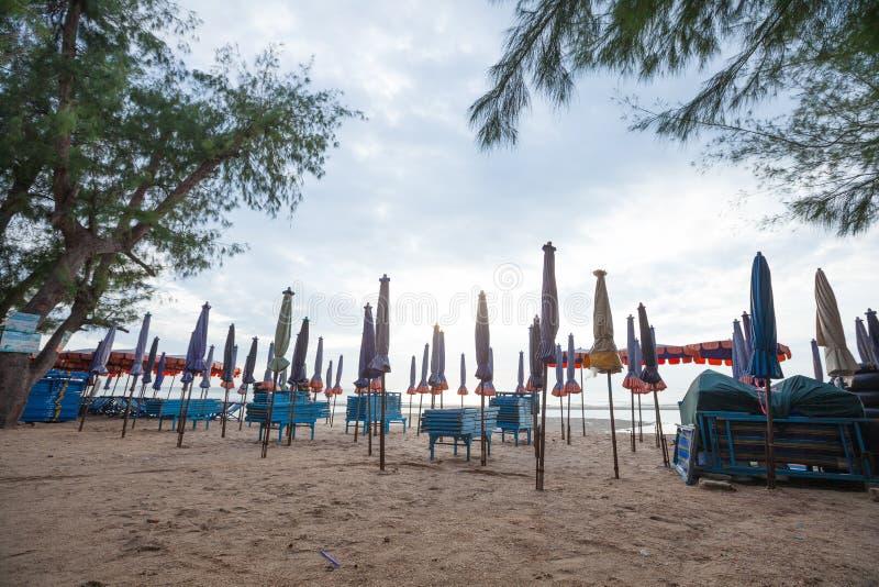 Кровати и зонтики на пляже стоковое фото