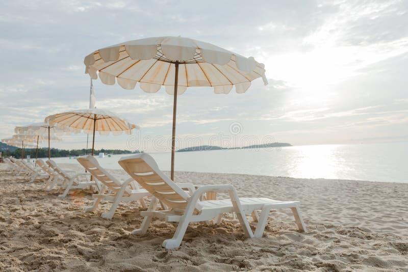 Кровати и зонтики на пляже стоковые изображения rf