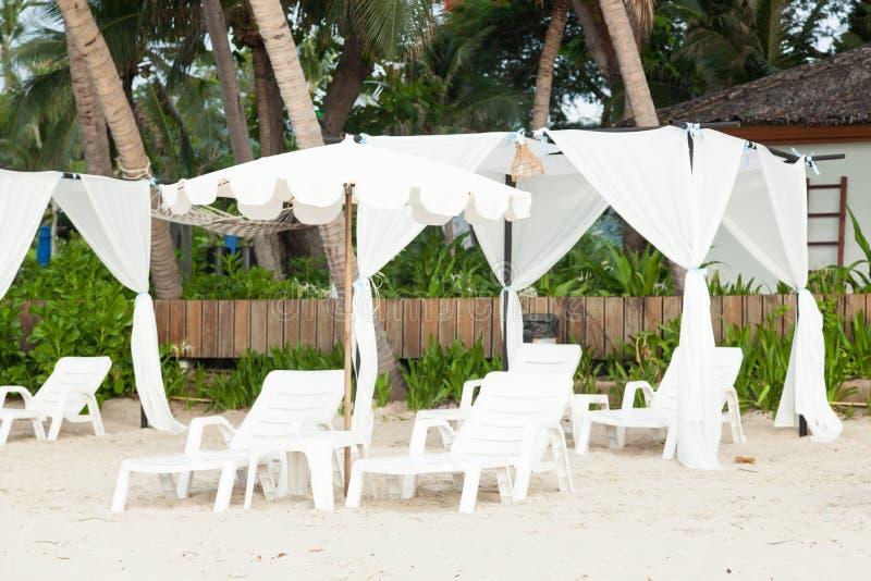 Кровати и зонтики стоковая фотография rf