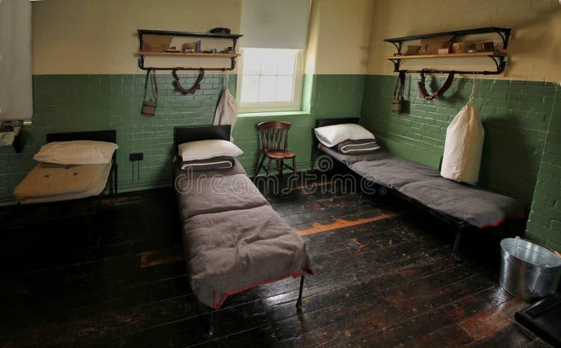 Кровати и набор принадлежа к солдатам WW1 в восстановленном barrac армии стоковые изображения rf