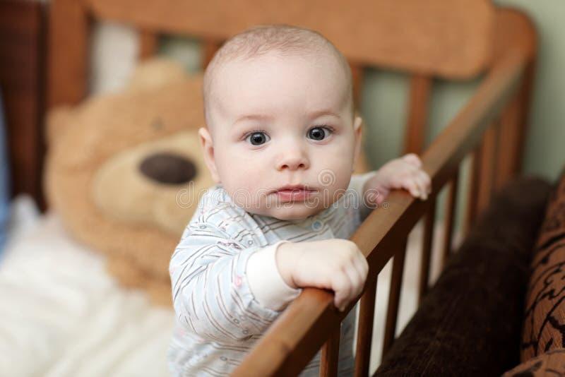 кроватка младенца задумчивая стоковая фотография rf