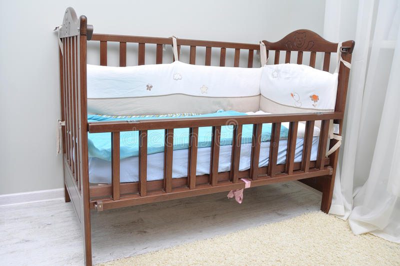 Кроватка младенца сделанная из древесины в комнате стоковые изображения rf