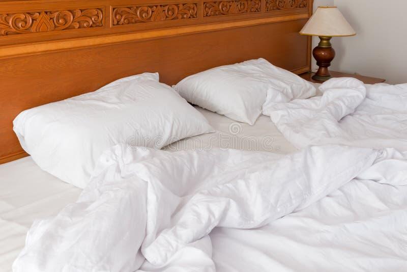 Кровать в гостинице в утре после мечты стоковые изображения rf