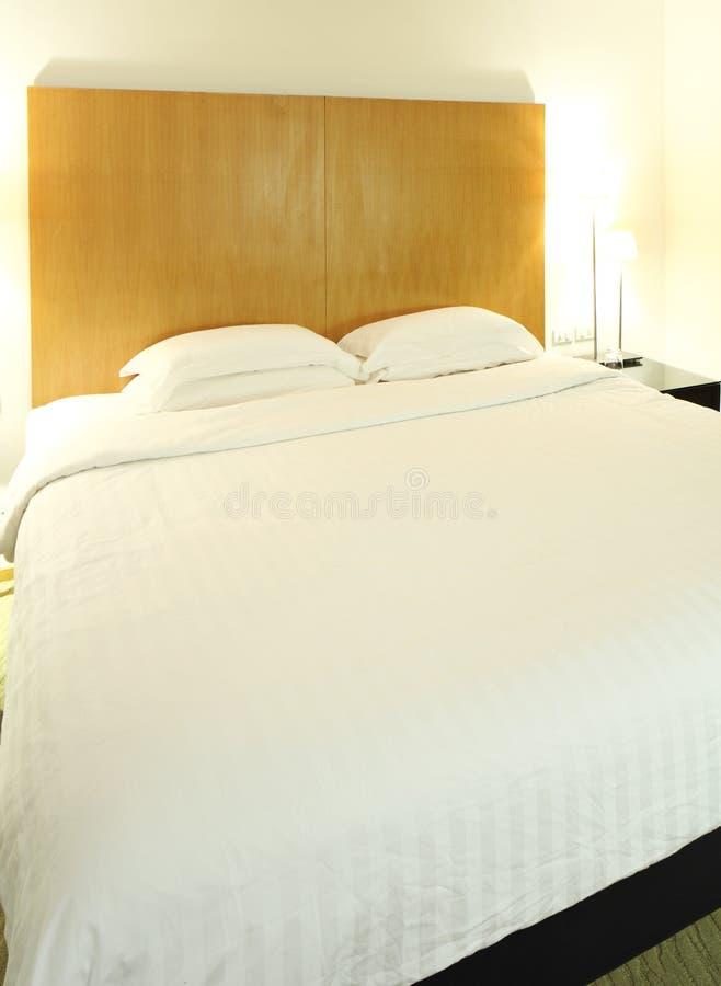 Кровать в комнате стоковые фотографии rf