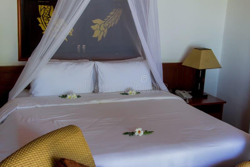 Кровать в роскошной вилле спальни стоковые фотографии rf