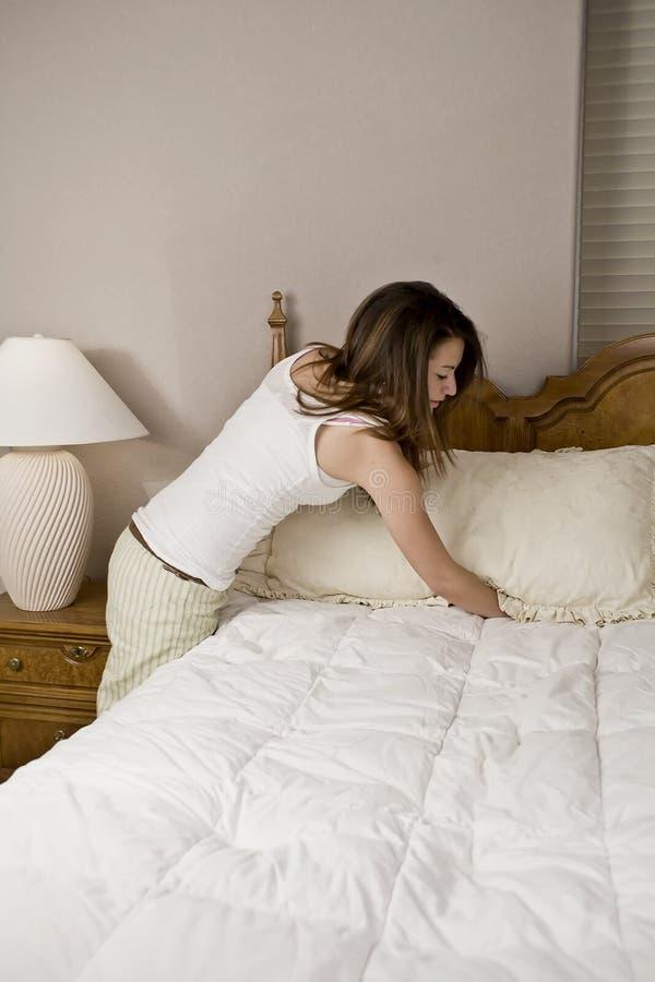 кровать делая женщину стоковая фотография