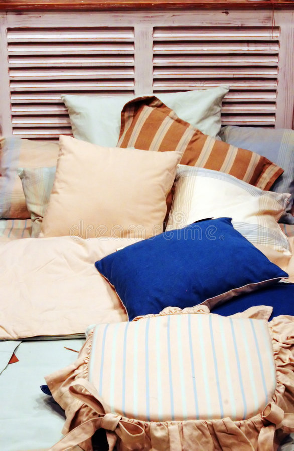 кровать дробит подушки на участки стоковое изображение