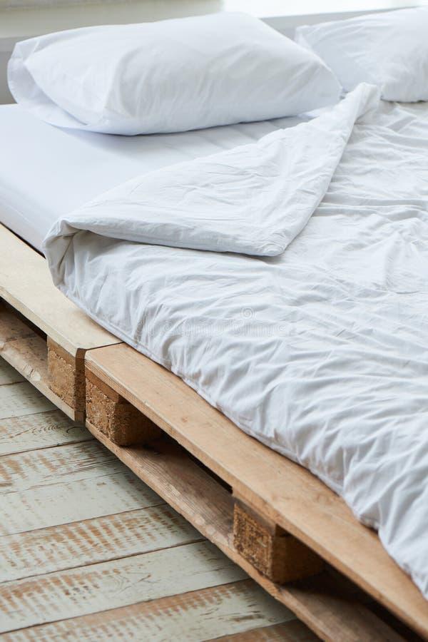 Кровать деревянных паллетов стоковая фотография rf