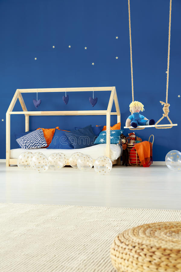 Кровать и качание в комнате детей стоковые фото