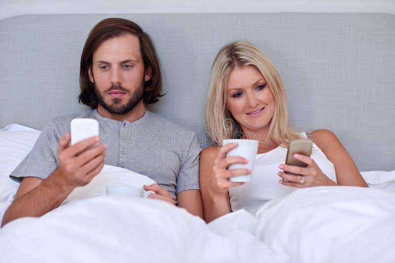Кровать мобильного телефона пар стоковые изображения rf