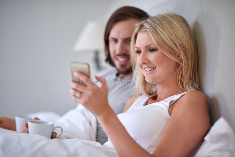 Кровать мобильного телефона пар стоковая фотография rf