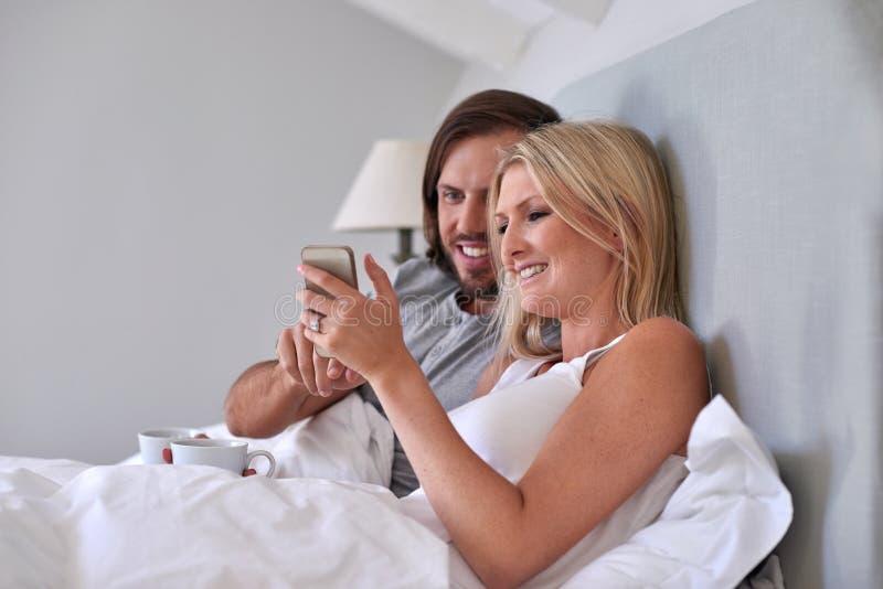 Кровать мобильного телефона пар стоковые изображения