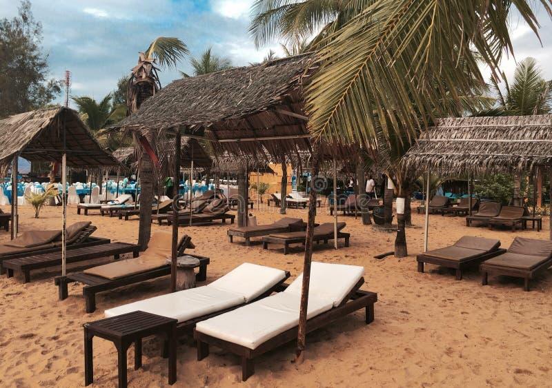 Кровать на пляже стоковое фото