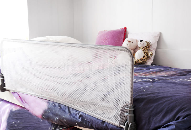 Кровать ребенка с предохранением от безопасности стоковые фото