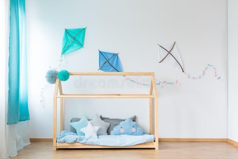 Кровать с подушками звезды форменными стоковая фотография rf
