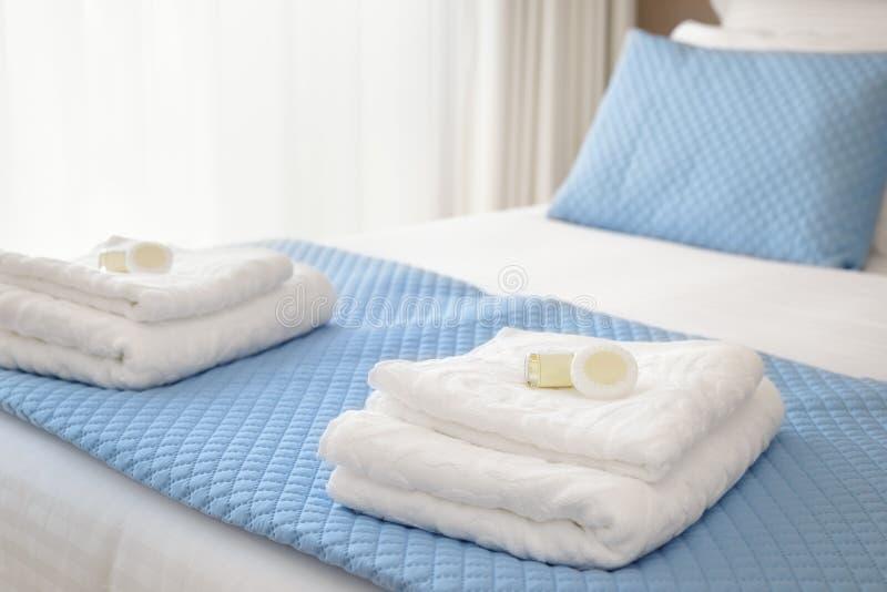 Кровать с свежими полотенцами стоковая фотография rf