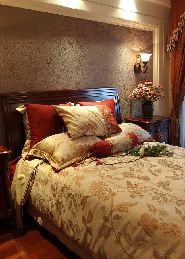 кровать цветастая стоковая фотография