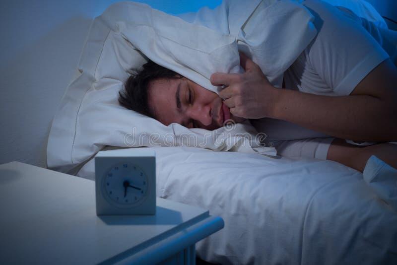 Кровать человека лежа стоковые изображения rf