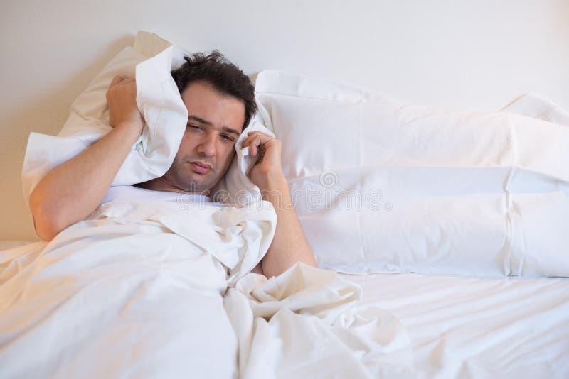 Кровать человека лежа стоковое изображение