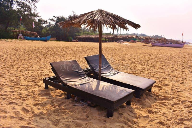 Кровать sunbath, пляж Candolim, Goa стоковые изображения
