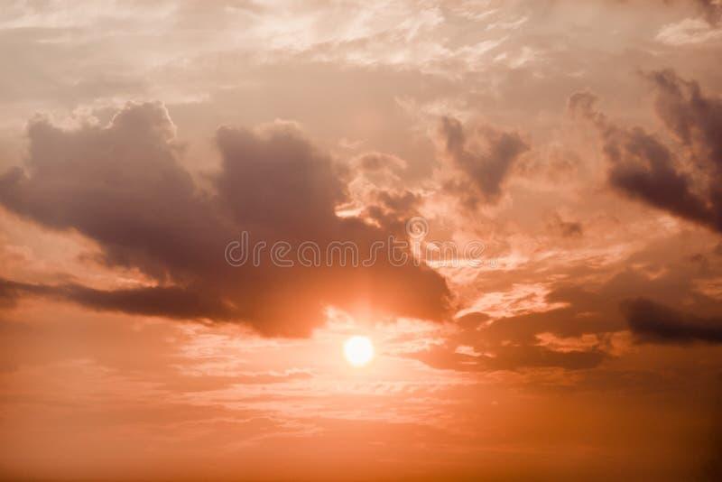Кровопролитное небо захода солнца Драматические красные черные цвета стоковая фотография