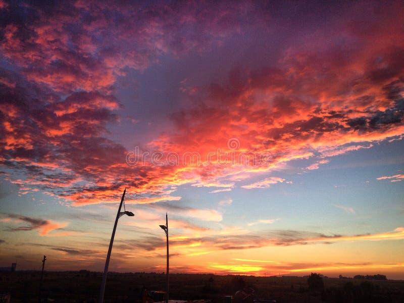 Кровопролитный заход солнца над городом стоковое фото