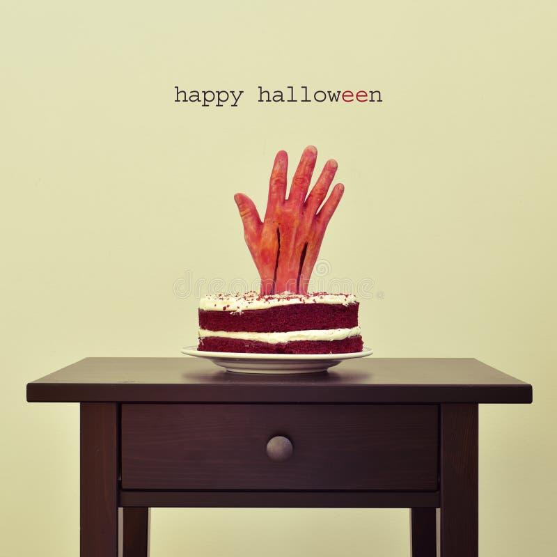 Кровопролитная рука в торте и тексте счастливом хеллоуине стоковые изображения