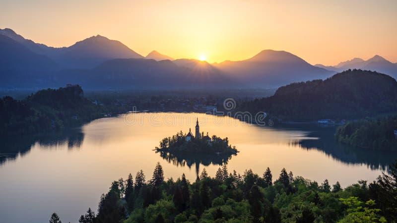 кровоточенное озеро Красивая гора кровоточила озеро с малой церковью паломничества Большинств известные словенские озеро и остров стоковые фото