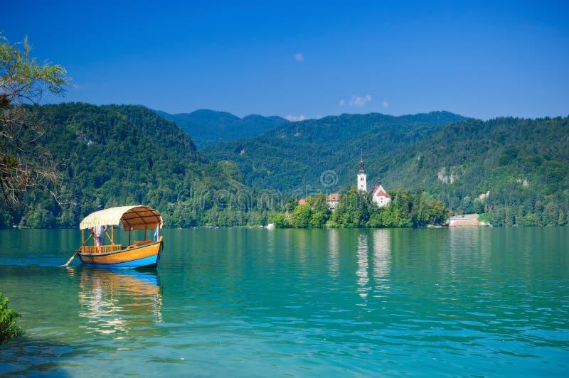 кровоточенное озеро Словения шлюпки цветастое стоковое фото rf