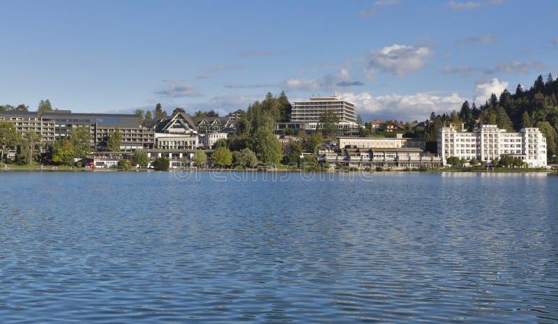 Кровоточенный городской пейзаж городка с озером стоковая фотография