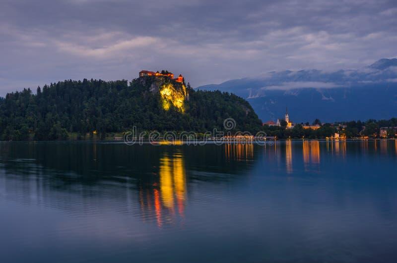 Кровоточенный замок на кровоточенном озере в Словении на ноче стоковые изображения