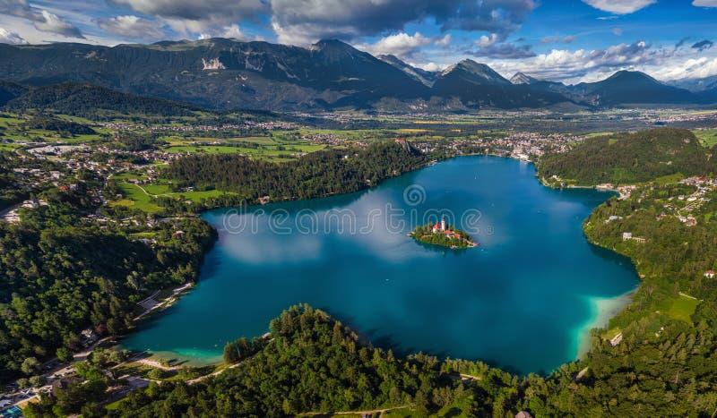 Кровоточенный, Словения - воздушный панорамный горизонт Blejsko кровоточенное видом на озеро Jezero от максимума выше с церковью  стоковое изображение rf