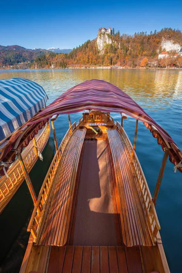 Кровоточенный, Словения - традиционная словенская шлюпка pleatna на озере кровоточила jezero Blejsko стоковые изображения