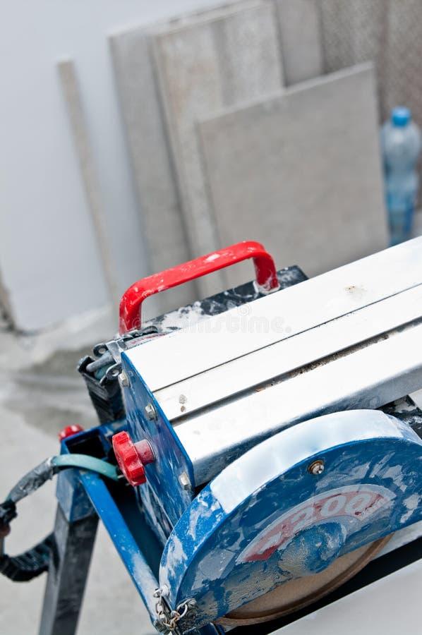 Кроет деталь черепицей автомата для резки стоковые фотографии rf