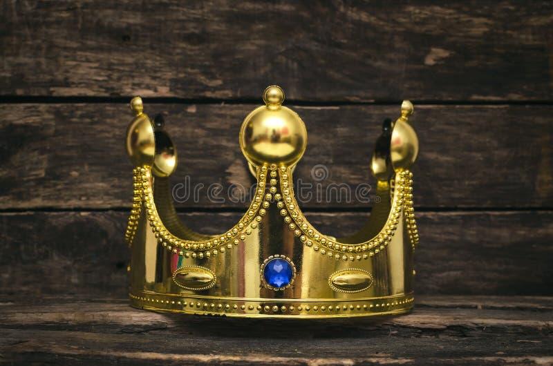 крона золотистая стоковое изображение rf