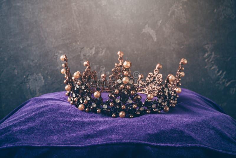 Крона сказки на подушке над темной предпосылкой стоковая фотография rf