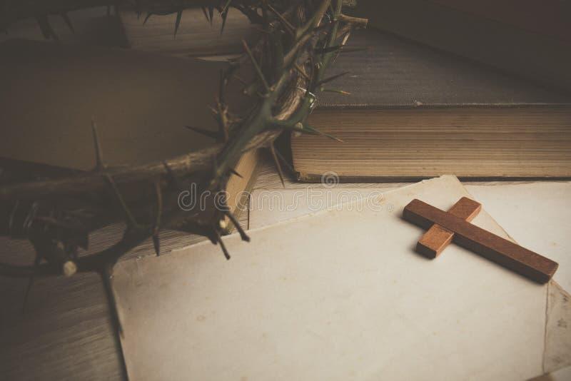 Крона терниев и деревянного креста стоковое фото