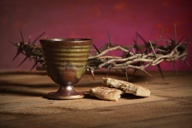 Крона терниев, чашки и хлеба стоковая фотография rf