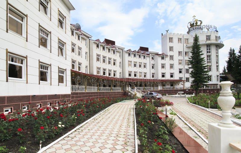 Download Крона Altai санатория Остров ели на реке Katun Стоковое Изображение - изображение насчитывающей sanatorium, самомоднейше: 40589093