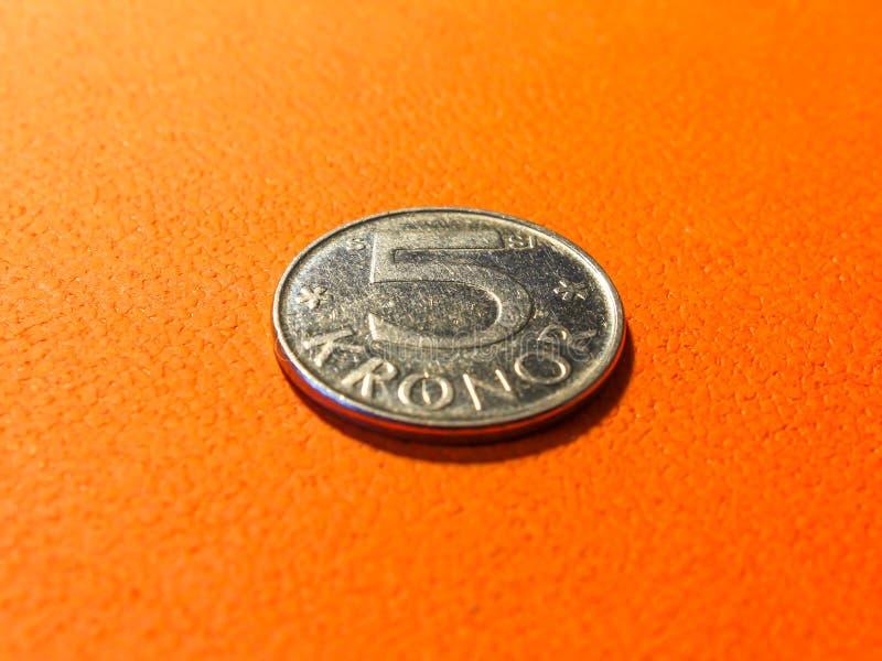 Кроны серебряной монеты 5 шведские на апельсине стоковое изображение