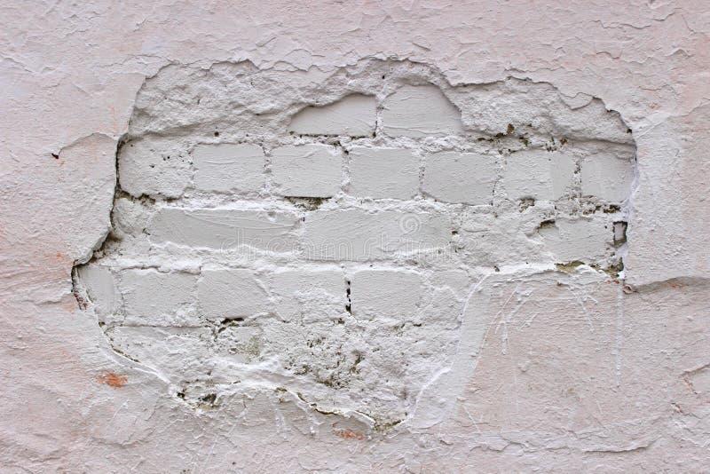 Крошащ кирпичная стена, белый гипсолит покрытый с краской стоковое фото rf