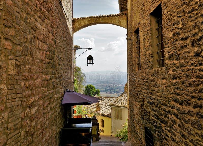 Крошечная улица в городе Assisi, Италии стоковые фото