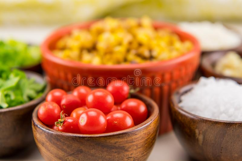 Крошечные томаты вишни в деревянном шаре стоковые изображения rf