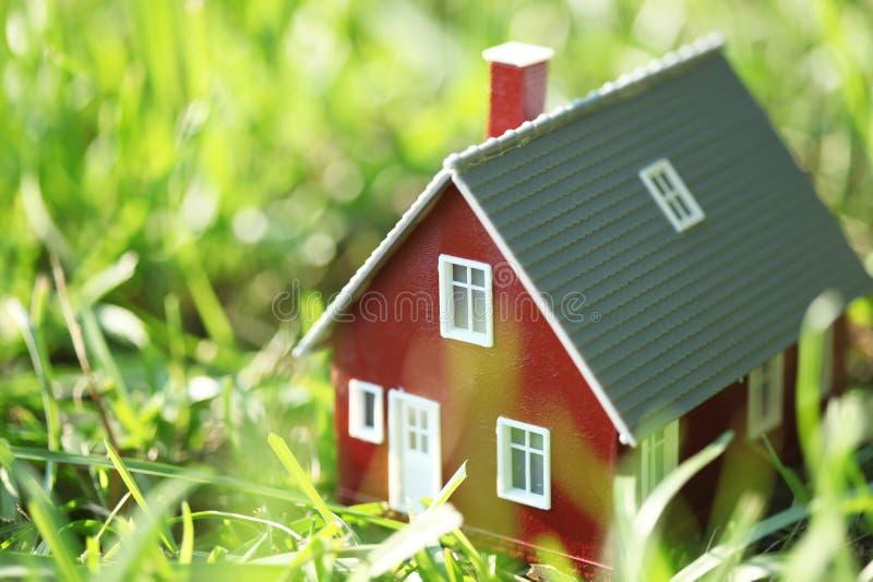 Крошечный красный дом стоковая фотография rf