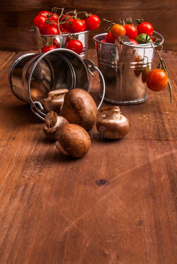 Крошечный младенец величает champignons и томаты младенца вишни стоковые фото