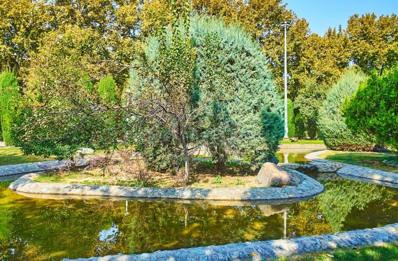 Крошечный островок среди The Creek, парка Laleh, Тегерана, Ирана стоковые фотографии rf