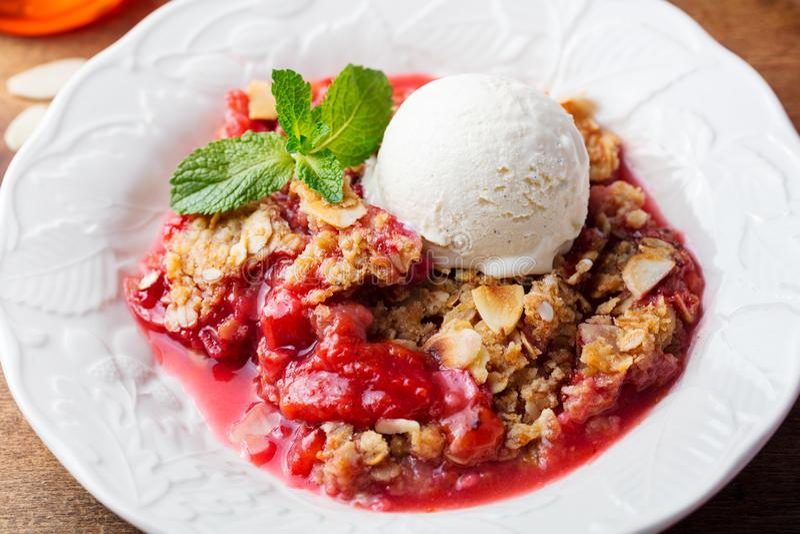 Крошите с ягодами и плодоовощами с ванильным мороженым стоковые фото